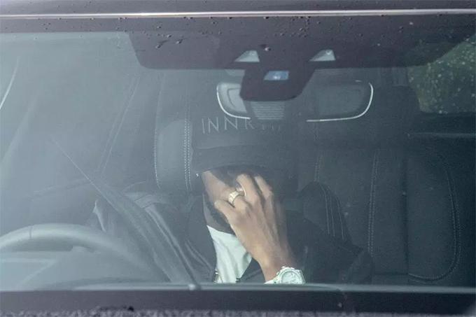 Tiền vệFred che mặt để tránh ống kính paparazzi khi lái xái xe vào trung tâmCarrington .