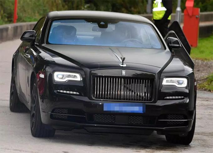 Pogba cúi gằm mặt rời sân tập Carrington. Cánh săn ảnh không nhìn thấy HLV Mourinho ở đâu trong buổi tập sáng 3/10.