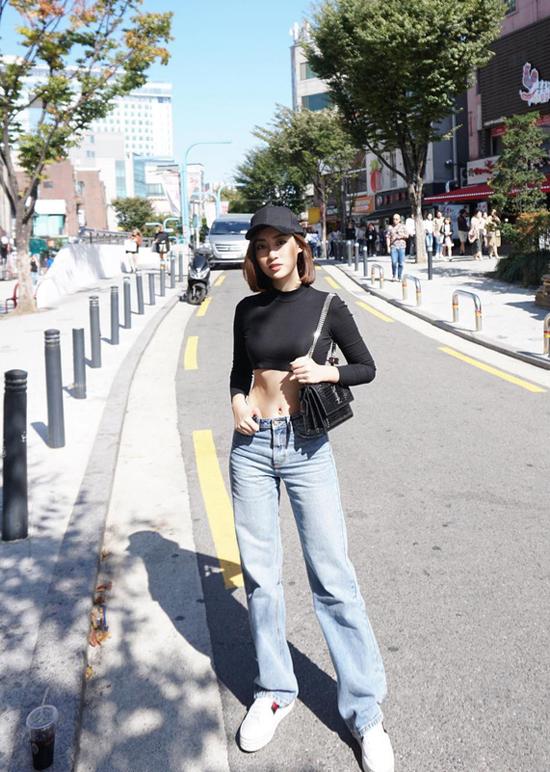 Đỗ Mỹ Linh khiến nhiều khán giả hâm mộ bất ngờ khi thay đổi phong cách street style. Người đẹp nhận được nhiều lời khen khi hướng tới hình ảnh gợi cảm và năng động hơn.