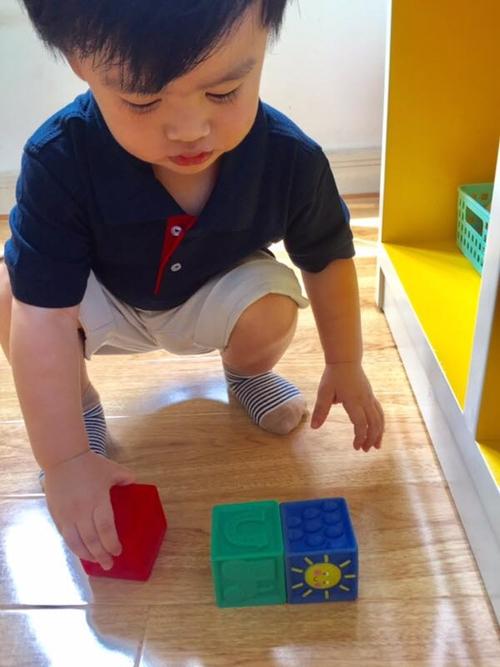 Louis tỏ ra thân thiện với các bạn và hưởng ứng các trò chơi do cô giáo tổ chức.