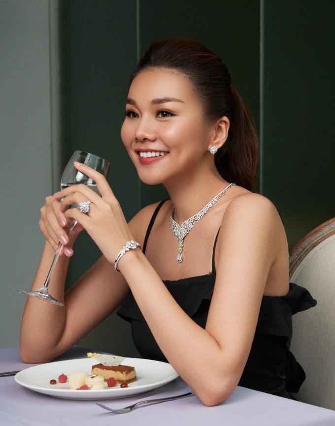 Với thiết kế nối dài cùng họa tiết hoa, bộ trang sức kim cương Thanh Hằng diện trong set đồ này tiếp tục thể hiện sự tinh tế,gợi cảm nhưng vẫn thanh lịch, sang trọng.