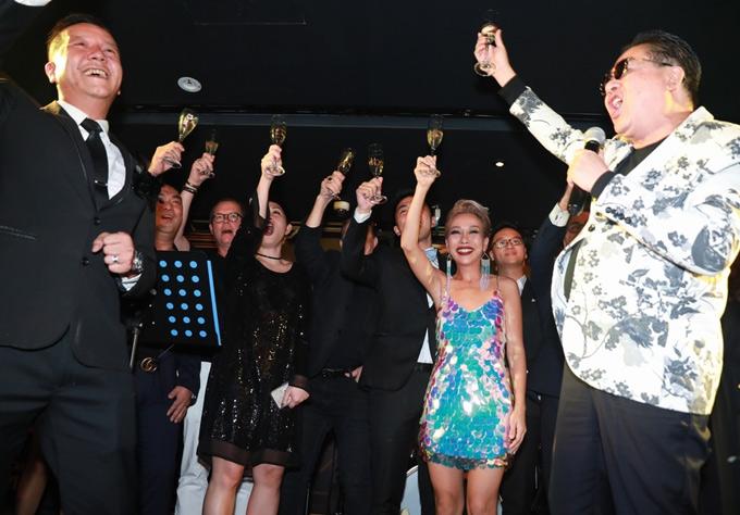 Nữ ca sĩ nâng ly cùng các khách mời và đối tác, mừngkhai trương lounge.