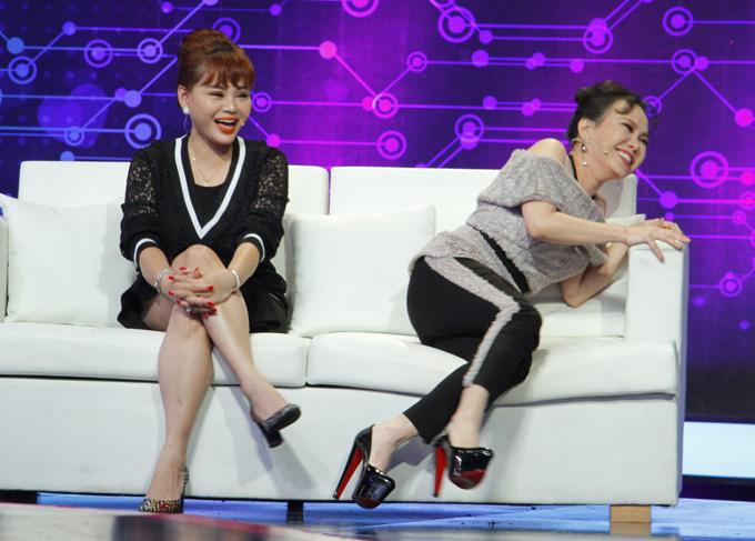 Sở hữu chiều cao khiêm tốn, Việt Hương luôn phải mang giày cao lênh khênh để che giấu nhược điểm hình thể.