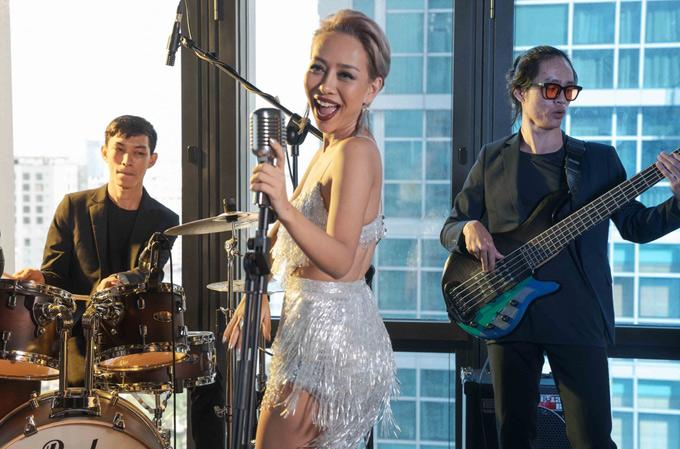 Những ngày qua Thảo Trang tập luyện miệt mài cùng ban nhạc để chuẩn bị cho buổi diễn đầu tiên tại tụ điểm giải trí mới. Cô tự nhận mình chịu áp lực tốt nên có thể đảm đương cùng lúc cả ba việc: kinh doanh, ca hát và chăm sóc con trai.
