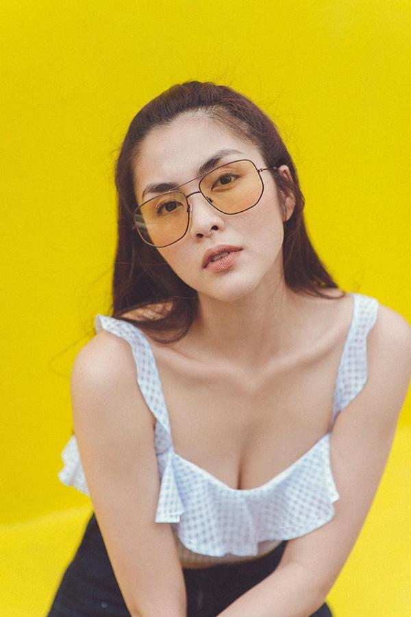 Trang phục crop-top gợi cảm, ca rô trẻ trung, denim cá tính... được Ngọc nữ điện ảnh Việt phối hợp ăn ý cùng nhiều mẫu kính phong cách khác nhau.