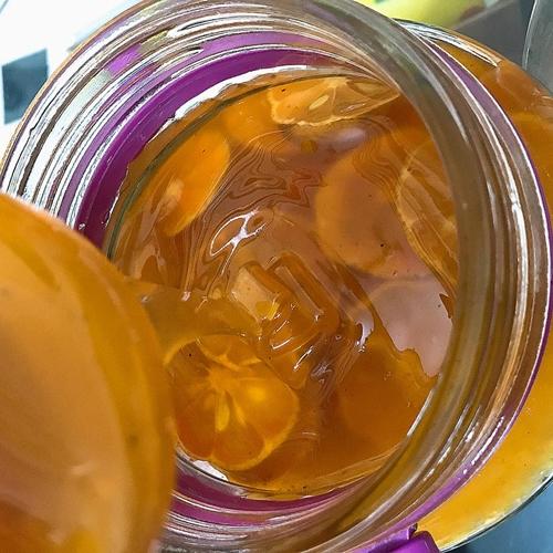 Siro chanh đào mật ong của chị Hưng có màu vàng đẹp mắt, sánh mịn.