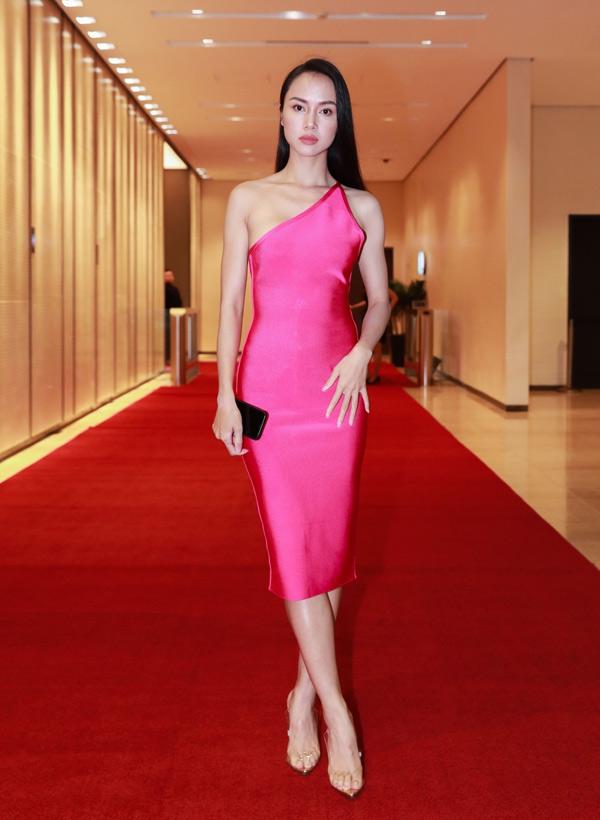 Vũ Ngọc Anh diện váy bó sát, tôn vóc dáng mảnh mai. Cô là khách mời trong tiệc khai trương lounge của Thảo Trang, tối 4/10.