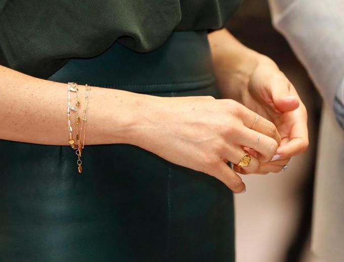 Vợ Hoàng tử Harry hoàn thiện phong cách bằng vòng tay và nhẫn từ hai thương hiệu Missoma và Catbird, tổng giá trị 269 bảng (hơn 8 triệu đồng).