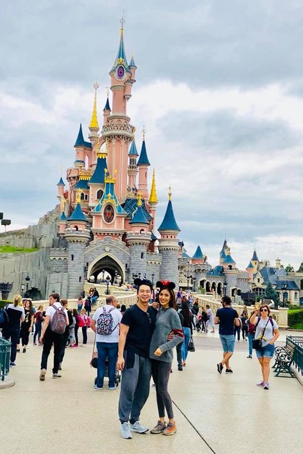 Cuối tháng 8, Lan Khuê và Tuấn John dành thời gian sang Pháp nghỉ ngơi. Họ ăn diện thoải mái, chụp ảnh tình cảm bên nhau.