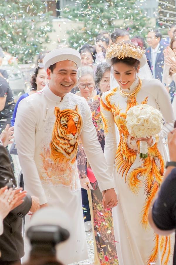 Ngày 24/9, Lan Khuê và Tuấn Jon tổ chức lễ cưới tại nhà riêng. Họ diện áo dài màu trắng, thêu họa tiết con hổ và chim phượng hoàng. Trong không gian ngập tràn 10.000 bông hoa, cặp đôi thực hiện các nghi lễ truyền thống và nhận lời chúc phúc từ gia đình, bạn bè.