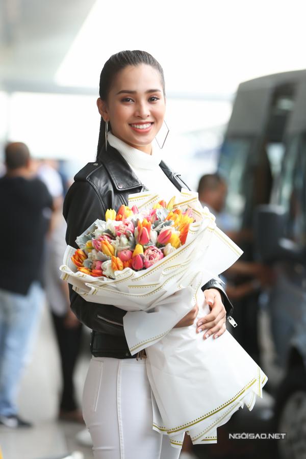 Tiều Vy đáp chuyến bay từ Pháp về Việt Nam lúc 6h sáng. Cô nán lại ở sân bay để tiễn người chị lên đường chinh chiến quốc tế.