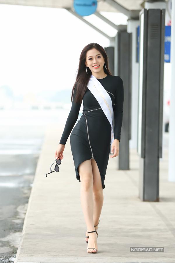 Phương Nga ngẫu hứng trình diễn catwalk ở sân bay. Cô năm nay 20 tuổi,cao 1,72 m, số đo 84-64-92 và làsinh viên Đại học Kinh tế Quốc dân Hà Nội.