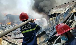 Sau tiếng nổ, kho ghế xuất khẩu 1.000 m2 ở Huế bị lửa thiêu rụi