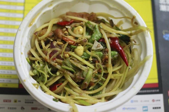 Đu đủ đâm - món ăn vặt Campuchia ở Sài Gòn