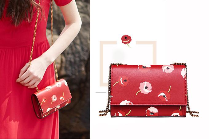 Túi ví dây đồng màu đỏ Venuco Madrid được thế kế sang trọng, nhỏ gọn, đầy sắc màu và họa tiết, phù hợp khi các nàng diện cùng những chiếc đầm xinh xắn. Sản phẩm giảm giá 49% còn 999.000 đồng.