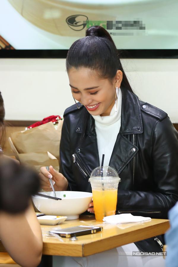 Lần đầu đi xa, Tiểu Vynhớ các món ăn truyền thống Việt Nam. Vừa lấy hành lý xong, người đẹp quyết định thưởng thức điểm tâm với một tô phở ngay tại sân bay.