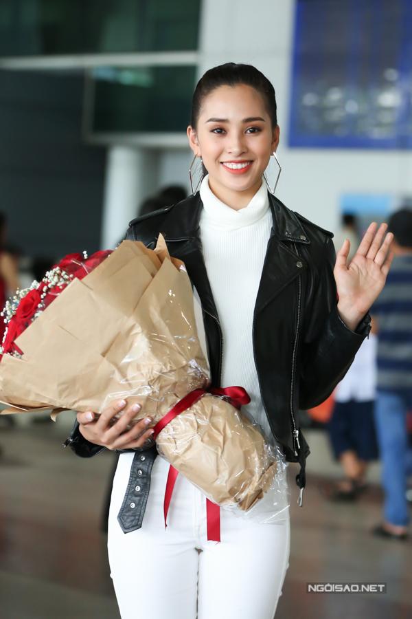 Dù trải qua chuyến bay dài hơn 12 tiếng, Tiểu Vy vẫn giữ thần thái và nụ cười rạng rỡ.