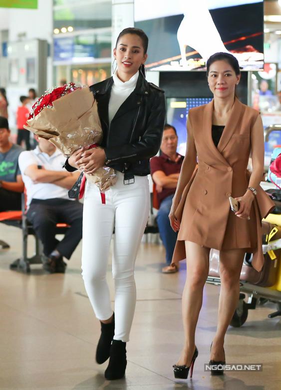 Tiểu Vy cùng bà Phạm Kim Dung - phó trưởng BTC Hoa hậu Việt Nam - nán lại sân bay tiễn Á hậu 1 Phương Nga. Sáng nay, Phương Nga chính thức lên đường sang Myanmar dự thi Miss Grand International.