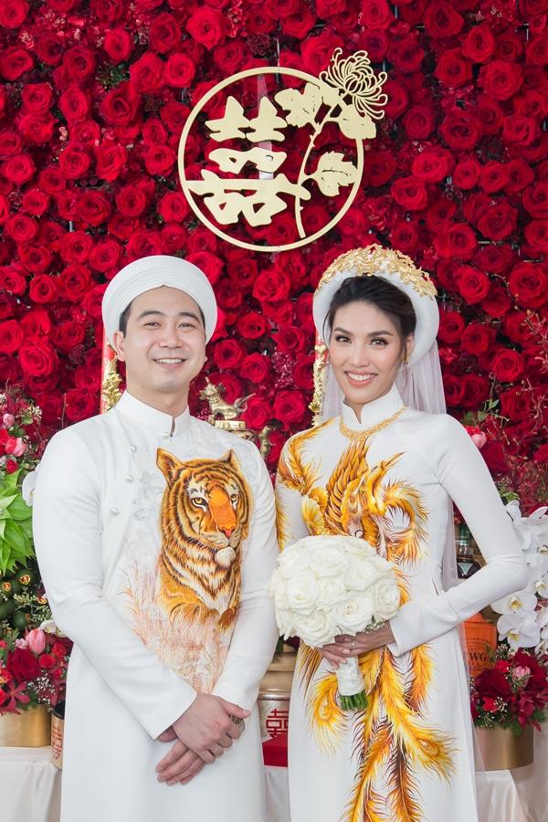 Trong không gian ngập tràn 10.000 bông hoa, cặp đôi thực hiện các nghi lễ truyền thống và nhận lời chúc phúc từ gia đình, bạn bè.