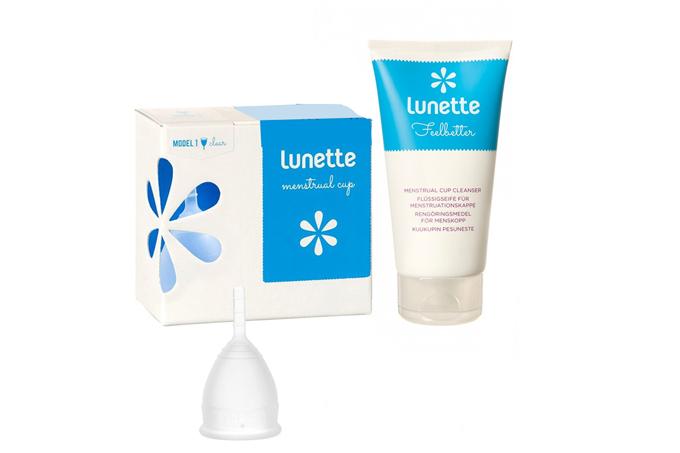 Cốc nguyệt san Lunette: màu trong suốt, size 2 hộp hoa trắng, giá giảm 25% còn 899.000 đồng.