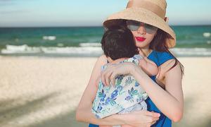 Ảnh hot 5/10: Đặng Thu Thảo bế con gái dạo biển