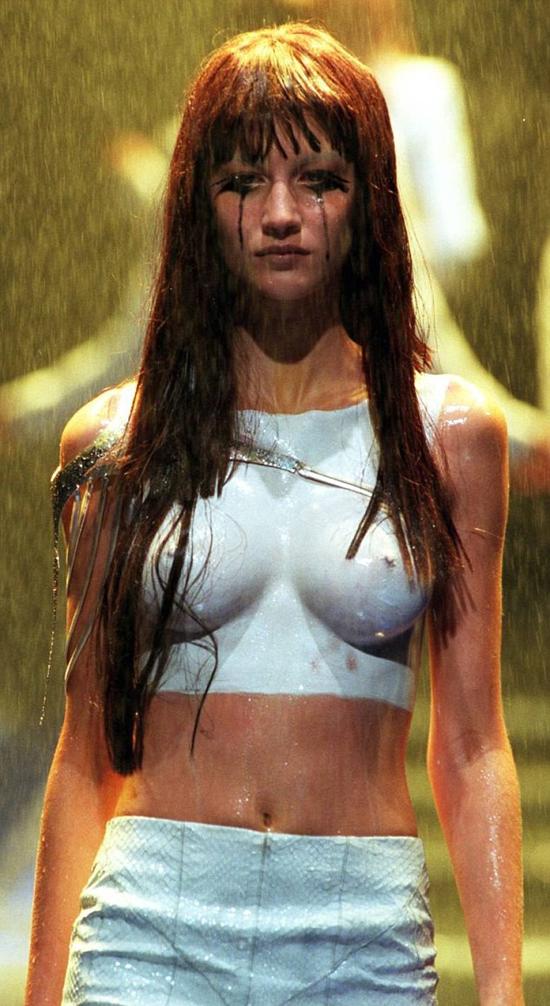 Gisele Bundchen đã khóc khi phải bán nude diễn catwalk năm 18 tuổi.