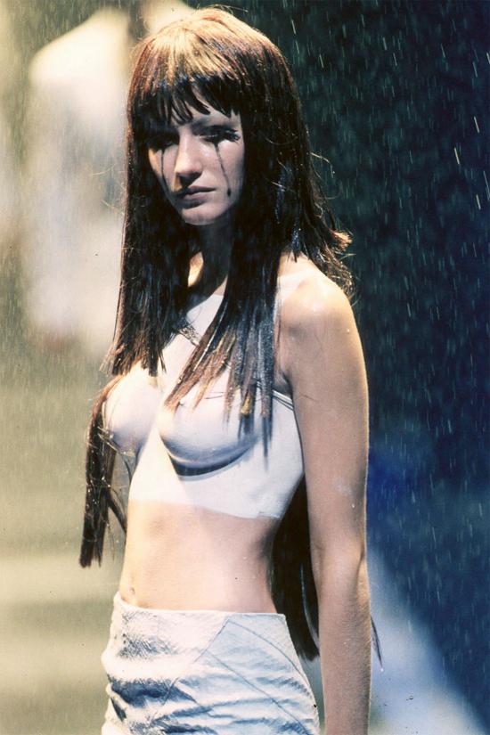 Nước mắt và nước mưa của siêu mẫu hòa lẫn cùng nhau trong show diễn.