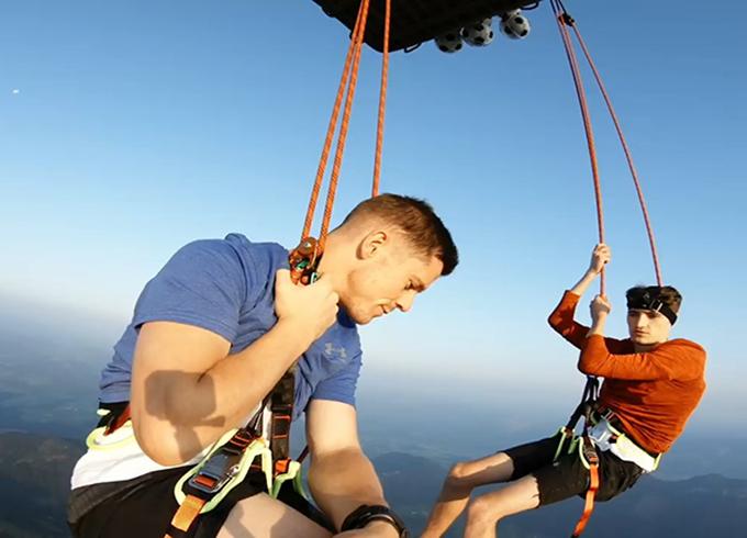 Kieran Brown (phải)và John Farnwort trên khinh khí cầu. Ảnh: Youtube.