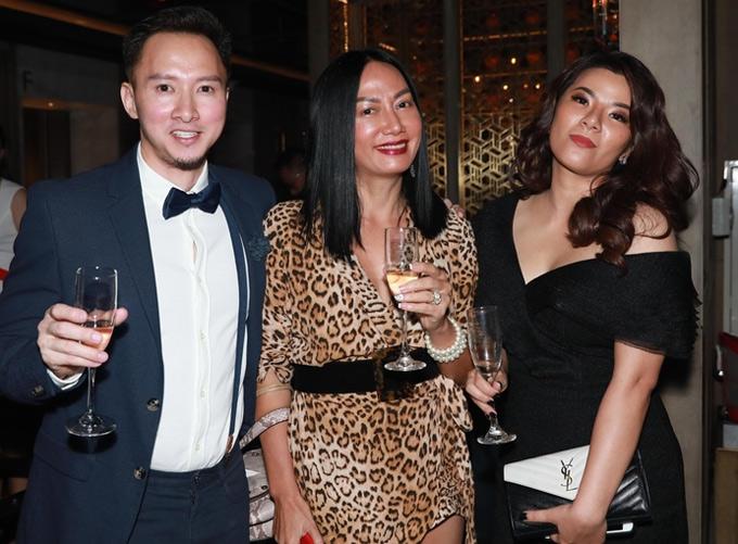 Diễn viên Kim Khánh (giữa) vui vẻ bên bạn bè tại sự kiện.