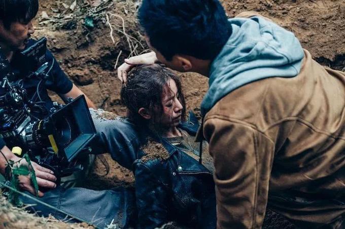 Hậu trường cảnh quay nhân vật củaLương Tịnh Kỳ bị chôn sống trong Bão nhật thực. Ảnh: QQ