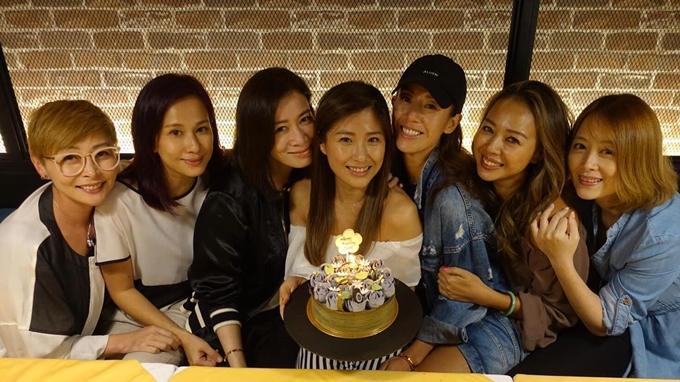 Lương Tịnh Kỳ là thành viên nhỏ tuổi nhất trong nhóm bạn thân gồm các cựu diễn viên nữ của TVB. Từ trái qua: Thang Doanh Doanh, Văn Tụng Nhàn, Xa Thi Mạn, Châu Gia Úy, Lương Tịnh Kỳ, Chung Lệ Đề và Diêu Lạc Di. Ảnh: Instagram