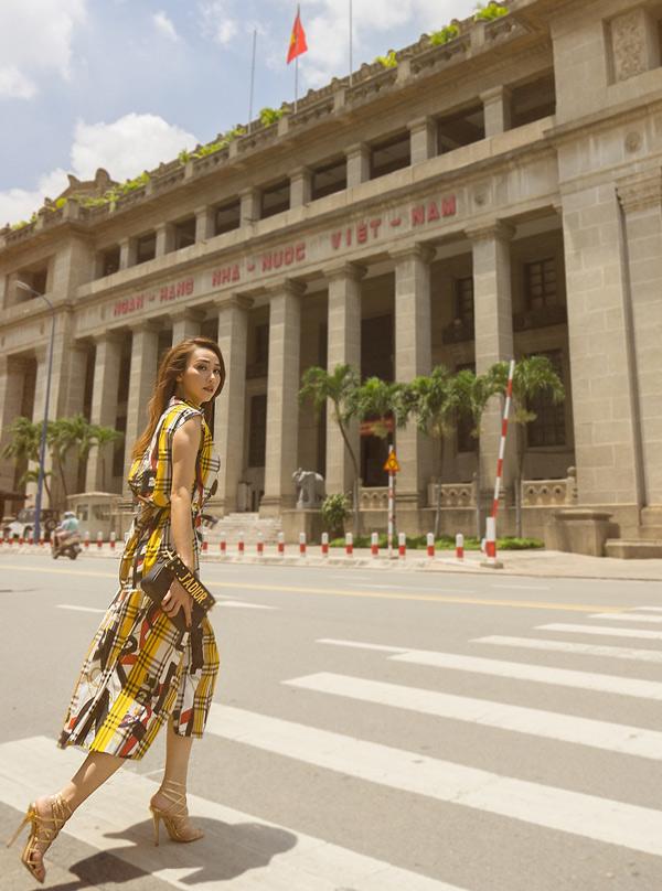 Váy kẻ caro nhiều màu kết hợp với giày cao gót ánh kim tôn vẻ thanh lịch cho nữ diễn viên.