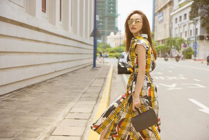 Nữ diễn viên theo đuổi phong cách thời trang hiện đại, nữ tính.
