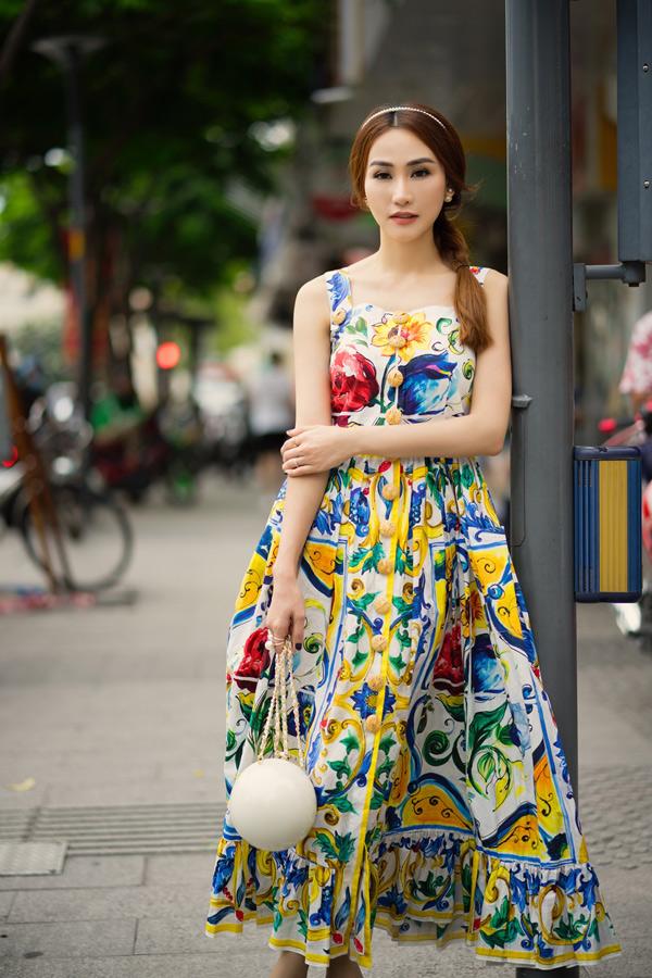 Ngân Khánh điệu đà dạo phố với váy áo sắc màu.