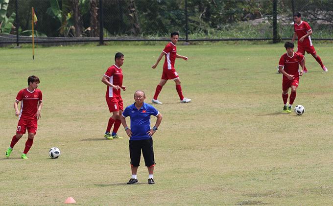 HLV Park Hang-seo chỉ có thể tập hợp đủ quân số tuyển Việt Nam vào ngày sang Hàn Quốc tập huấn (16/10)do nhiều cầu thủ bận thi đấu Cup quốc gia. Ảnh: Đức Đồng.