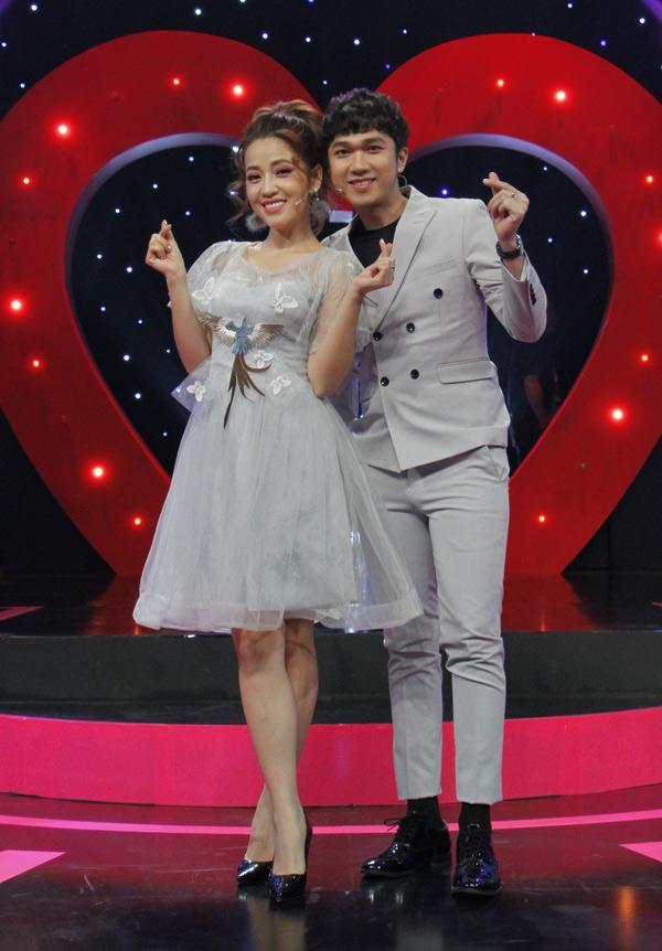 Puka mặc điệu đà dẫn chương trình cùng Minh Xù.