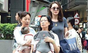 Tình cũ Quách Phú Thành đưa con sinh đôi xuống phố