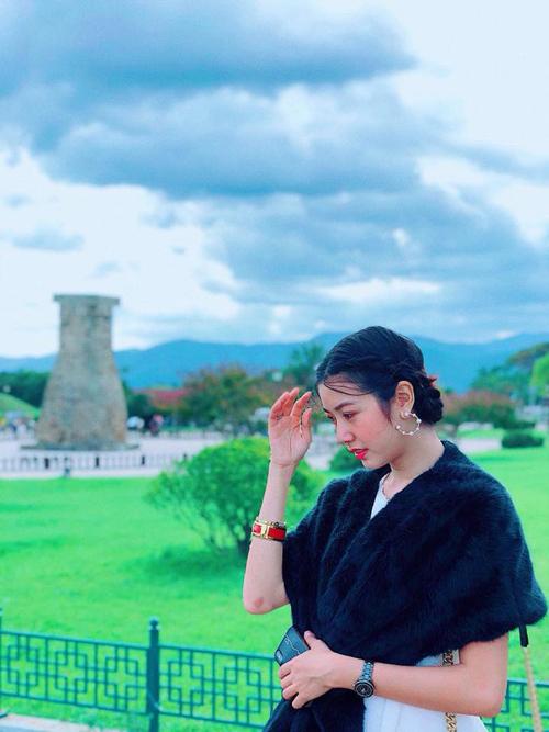 Phía xa xa là tháp đá chiêm tinh đài - đài quan sát thiên văn cổ nhất ở khu vực Đông Á và là một trong những đài thiên văn cổ nhất trên thế giới. Công trình được xây dựng vào thế kỷ thứ 7 vương triều Silla, được xem là bảo vật quốc gia của đất nước Hàn Quốc. Tuy chỉ cao chưa đầy 10m và được xây dựng từ hàng nghìn năm trước nhưng kỹ thuật và kiến trúc của chiêm tinh đài đều rất kiên cố, tinh xảo, gồm 27 lớp đá granite xếp chồng lên nhau.