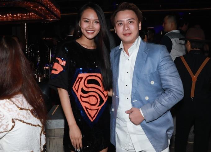 Nhà thiết kế Văn Thành Công (trái) và người đẹp Lâm Thùy Anh mừng Thảo Trang lên chức bà chủ.