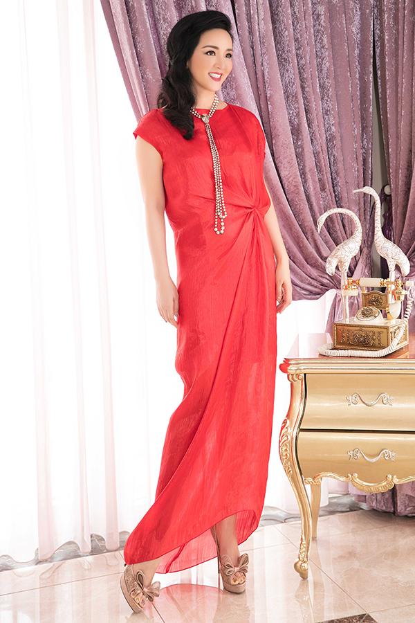 Đi đôi với các mẫu váy suông không kén dáng, dễ sử dụng khi tham gia công việc, Giáng My còn chọn thêm các mẫu đầm tham gia tiệc tùng.