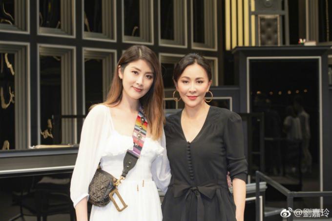 Nhan sắc ở tuổi 52 của Lưu Gia Linh (bên phải) không thua kém các ngôi sao trẻ tuổi là mấy.