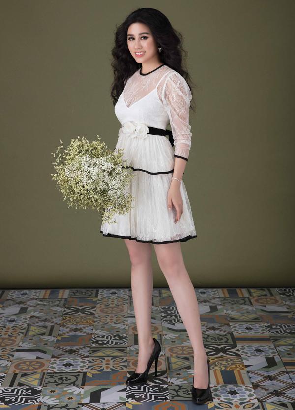 Emily chia sẻ, cô lấy ý tưởng từ những bông hoa mẫu đơn và sử dụng chất liệu vải ren Italy, voan Pháp siêu nhẹ tạo nên những bộ cánh điệu đà, thanh thoát cho phái đẹp.