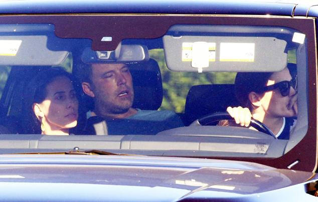 Jennifer lái xe đưa Ben Affleck vào trại cai nghiện hôm 228.