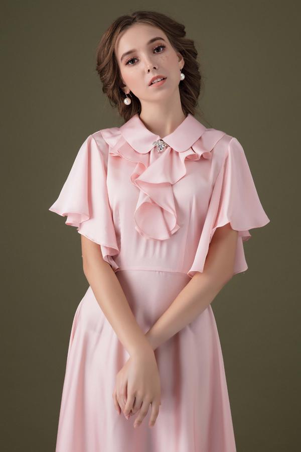 Nhà thiết kế sinh năm 1992 chia sẻ, trang phục của cô phù hợp cho các phù dâu, cô dâu thích sự đơn giản hoặc dành cho phái đẹp mặc đi tiệc.