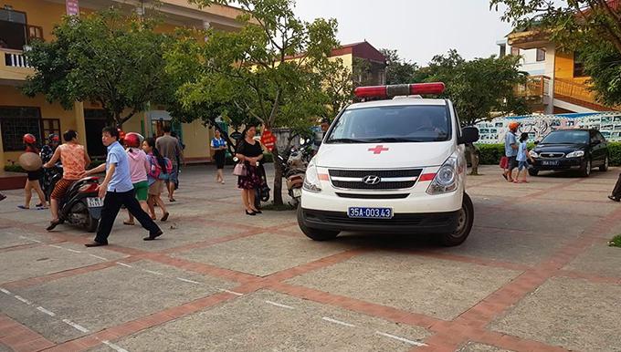 Xe cứu thương đến trường Tiểu học Đinh Tiên Hoàng vận chuyển trẻ đến bệnh viện.