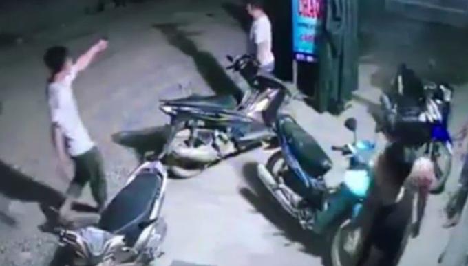 Ông Hưng chĩa súng vào nhóm người đối diện bóp cò. Ảnh cắt từ clip.