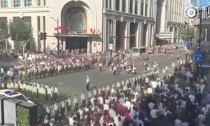 Binh sĩ Trung Quốc lập 'bức tường người' để điều tiết giao thông