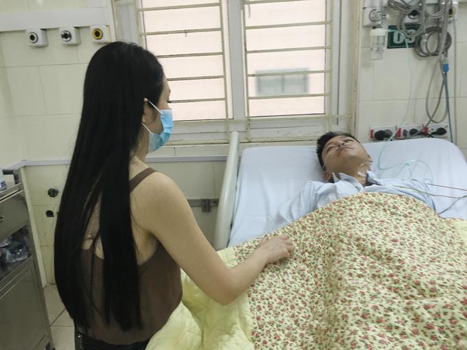 Vợ Tuấn Hưng ở bên chăm sóc cho anh trong lúc anh nhập viện cấp cứu vì kiệt sức vào chiều 6/10.