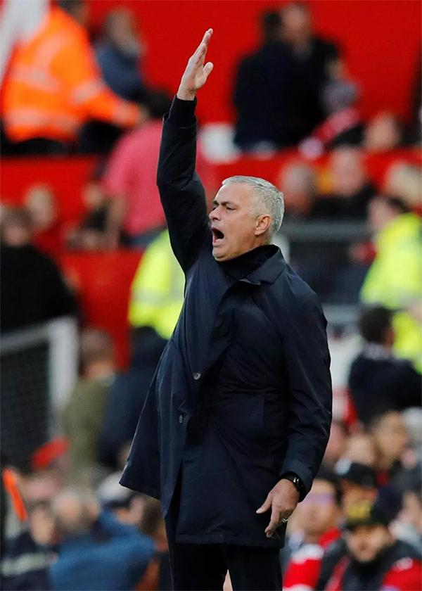MU khởi đầu trận đấu tệ hại khi để Newcastle vượt lên dẫn trước 2-0 chỉ trong 10 phút đầu tiên. Điều này khiến Mourinho không khỏi bực tức.