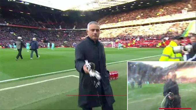 HLV Mourinho phấn khích phụt nước vào ống kính máy quay sau khi trọng tài nổi hồi còi kết thúc trận đấu.